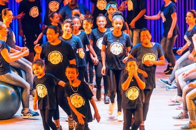 Na próxima terça-feira, o grupo Dança do Bem Denise Cancaro vai reunir 70 crianças das ONGs Sol Maior e Associação Madre Teresa de Jesus para se apresentarem no palco do Teatro Renascença. Ritmos que variam do pop internacional ao samba, com coreografias bem trabalhadas e envolventes. A renda será revertida para as instituições.