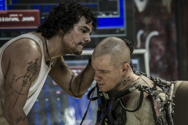 Wagner Moura e Matt Damon em cena do filme Elysium
