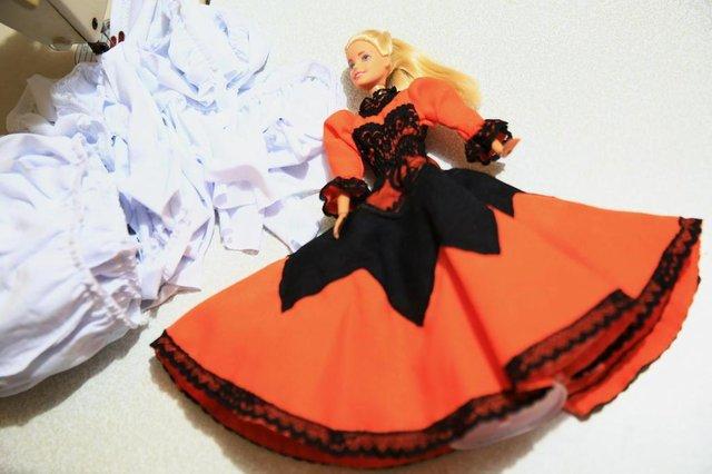 CANOAS, RS, BRASIL - Costureira Solange de Canoas produz pilchas para bonecos há três anos. Com uma página no Facebook ela tem conseguido divulgar o trabalho e vender até para fora do Estado.