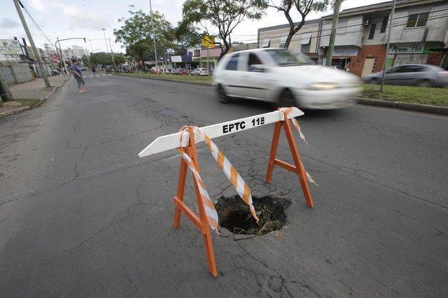 PORTO ALEGRE, RS, BRASIL - 2019.06.03 - Depois de um longo período de chuvas, buracos afloram pela Capital. Na foto: Buraco na avenida Protásio Alves (Foto: ANDRÉ ÁVILA/ Agência RBS)