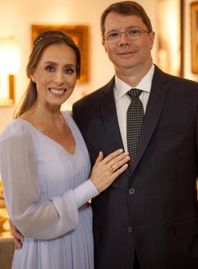 Fulvia Molon e Fernando Luiz Andreazza no dia do casamento, sábado, durante comemoração familiar ao redor das mesas do Di Paolo Caxias do Sul, RS, Brasil