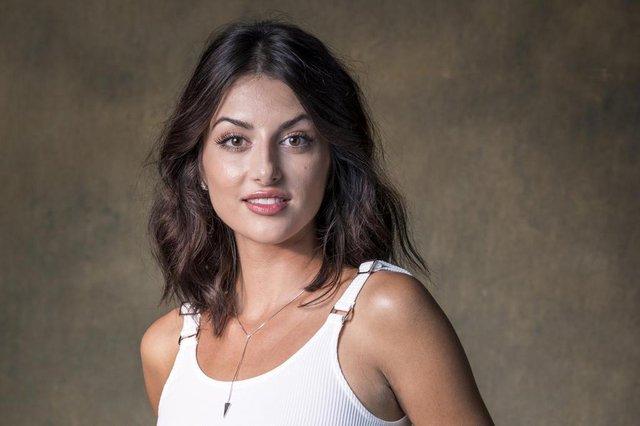 Camila Nasser ( Anaju Dorigon ) órfãos da terra