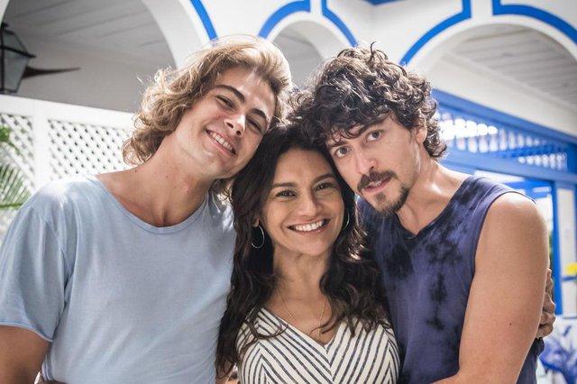 verão 90 Janaina ( Dira Paes ) com os filhos João ( Rafael Vitti ) e Jerônimo (Jesuíta Barbosa )