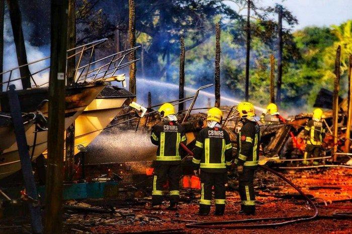 Lanchas atingidas pelo fogo foram totalmente destruídas