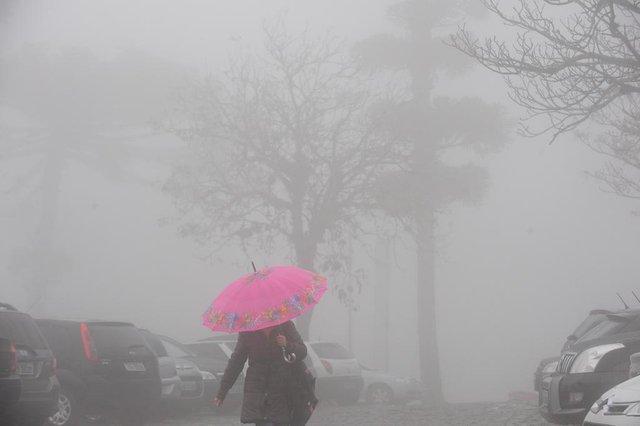 CAXIAS DO SUL, RS, BRASIL  (23/06/2015) Inverno caxiense 2015. Forte neblina em Caxias do Sul. Inverno 2015. Clima 2015. (Roni Rigon/Pioneiro)
