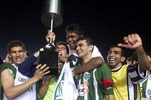 Capitão Flávio Campos (com a braçadeira) levantou a taça de campeão com os companheiros, no Maracanã (Agencia RBS/Paulo Franken)