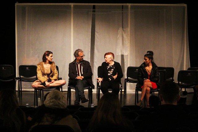 Debate após a apresentação do espetáculo Tão longe, tão perto, tão perto, TÃO..., de Eva Schul.Na foto, (da esquerda para a direita): Renata de Lélis, Carlinhos Santos, Eva Schu e Viviane Lencina