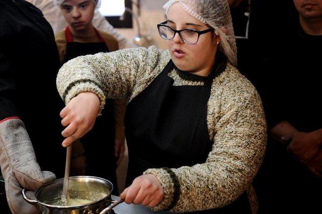 CAXIAS DO SUL, RS, BRASIL (08/07/2019)Projeto Downchefs ¿ Vivendo Amores Especiais ensina culinária para crianças e adultos com Síndrome de Down. Na foto, Marina Tonin Bonatto, 26 anos. (Antonio Valiente/Agência RBS)