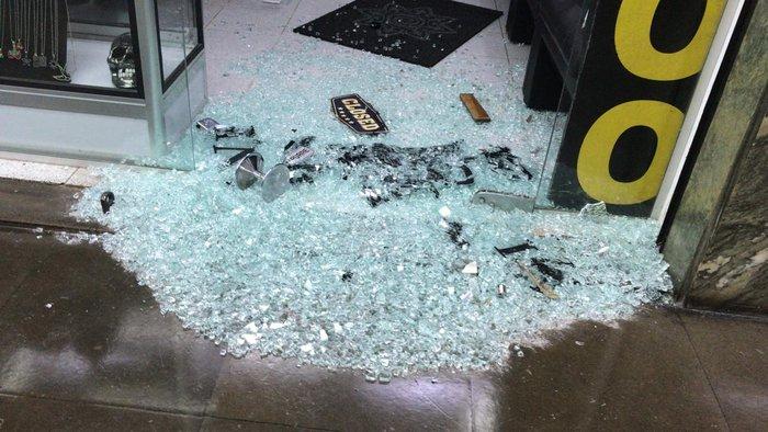 Criminosos quebraram porta de vidro de uma das lojas