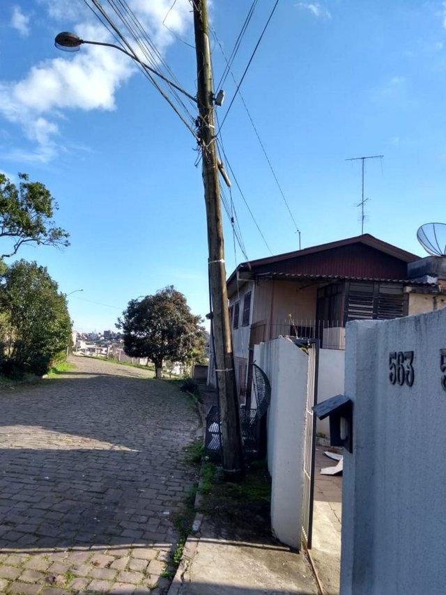 Poste Inclinado na Rua Boa Viagem, no Bairro Medianeira.