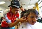 Hyago mostrou o que aprendeu ao cortar o cabelo de seu professor de história (Agencia RBS/Lauro Alves)