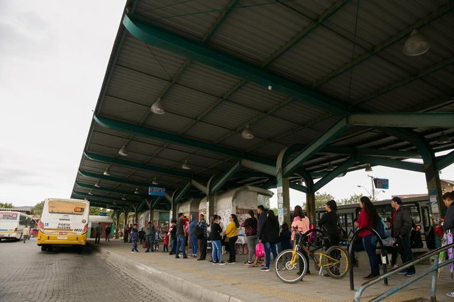 PORTO ALEGRE, RS, BRASIL, 17-07-2019.Terminal da Restinga Nova (Avenida Nilo Wullf, 960).  Blitz em  terminais e paradas de ônibus da capital.  (FOTO ANDRÉA GRAIZ/AGÊNCIA RBS).Indexador: Andrea Graiz