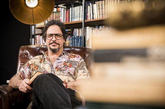 Mario (Lucio Mauro Filho) em Bom Sucesso. Ele é editor de livros e tradutor. Romântico incurável, alimenta uma eterna paixão por Nana (Fabiula Nascimento).