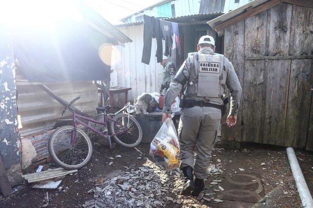 ALVORADA, RS, BRASIL, 01/8/2019: Aompanhamos policiais durante a entrega de algumas cestas básicas.Indexador: ISADORA NEUMANN
