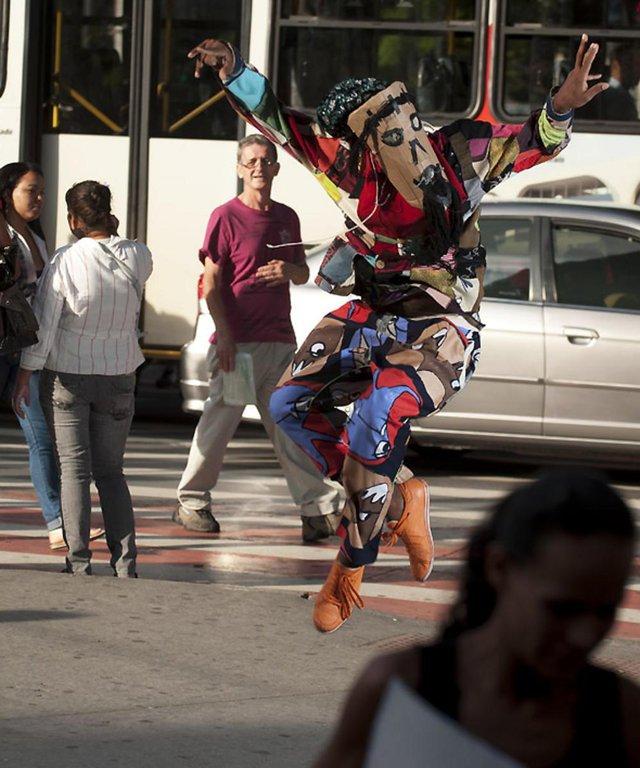 Dois dançarinos confrontam suas diferenças. De um lado, dança tradicional; de outro, dança urbana. A diversão está na exploração desses contrastes em que um assume traços da personalidade do outro.