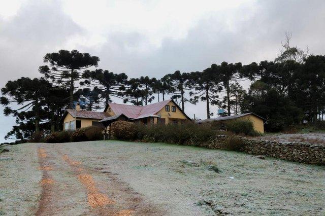 Poças d¿água congelaram, portões de madeira esbranquiçaram e os campos em São José dos Ausentes mudaram de cor no amanhecer deste domingo (4). Por volta das 6h30min, o termômetro da área central da cidade dos Campos de Cima da Serra acusava -1,5ºC.