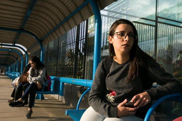 PORTO ALEGRE, RS, BRASIL. 29.07.2019. Jeniffer Alves. A linha T4, operada pela Carris, é o itinerários com mais reclamações de atrasos em Porto Alegre. Conforme dados da EPTC, foram 172 reclamações, no período de 1 janeiro a 28 de julho de 2019. Na foto, terminal da linha T4, no BarraShoppingSul.  (FOTO ANDRÉA GRAIZ/AGÊNCIA RBSIndexador: Andrea Graiz