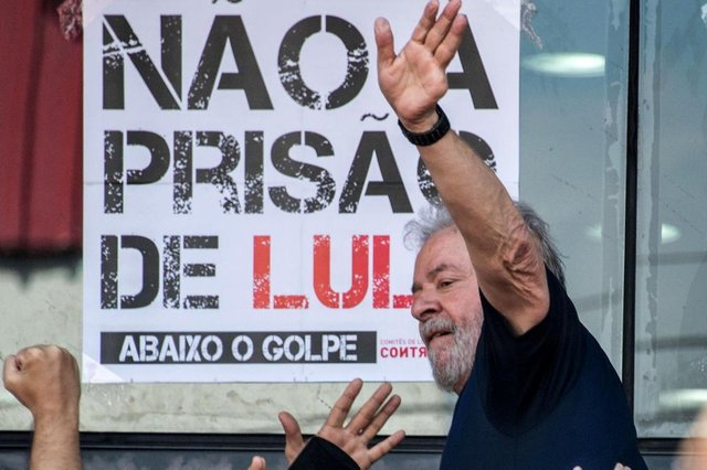 Brazilian ex-president (2003-2011) Luiz Inacio Lula da Silva waves to supporters after  attending a Catholic Mass in memory of his late wife Marisa Leticia, at the metalworkers union building in Sao Bernardo do Campo, in metropolitan Sao Paulo, Brazil, on April 7, 2018.Brazils election frontrunner and controversial leftist icon said Saturday that he will comply with an arrest warrant to start a 12-year sentence for corruption. I will comply with their warrant, he told a crowd of supporters / AFP PHOTO / NELSON ALMEIDAEditoria: WARLocal: São Bernardo do CampoIndexador: NELSON ALMEIDASecao: crisisFonte: AFPFotógrafo: STF