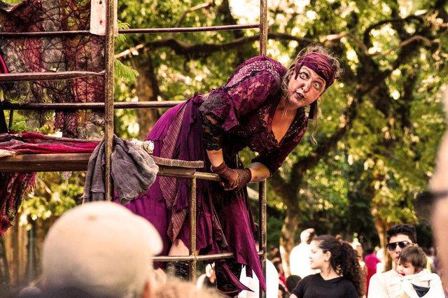 Aline Zilli na peça A Mãe e o Monstro, do Grupo Ueba