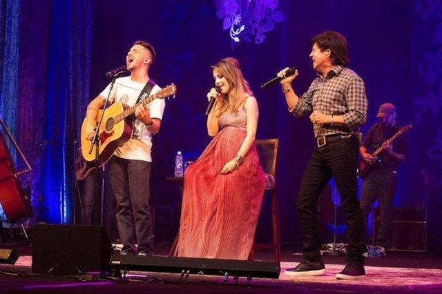 Aos seis meses de gravidez, Sandy foi a atração de um show no sábado, em Paulínia, no interior de São Paulo! A cantora dividiu o palco com o pai, Xororó, e com o irmão, Junior (E).