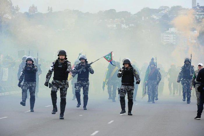 Policiais durante desfile cívico-militar