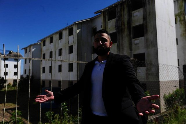 GRAVATIA;RS,BRASIL.2019,09,22.Minha casa minha vida,Condominio Florença em estado de ruina,com infiltrações,onde as berturas foram furtadas e telhas.Na foto.Edson Claiton Macahado Flores.(RONALDO BERANARDI/AGENCIA RBS).
