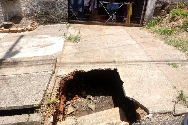 Meu filho menor de 7 anos, caiu no buraco. O lixeiro já caiu no buraco da calçada. Não posso mais colocar meu carro na calçada. Barata e ratos saindo o bueiro. O buraco está aberto há mais de um ano. Bairro São tomé.