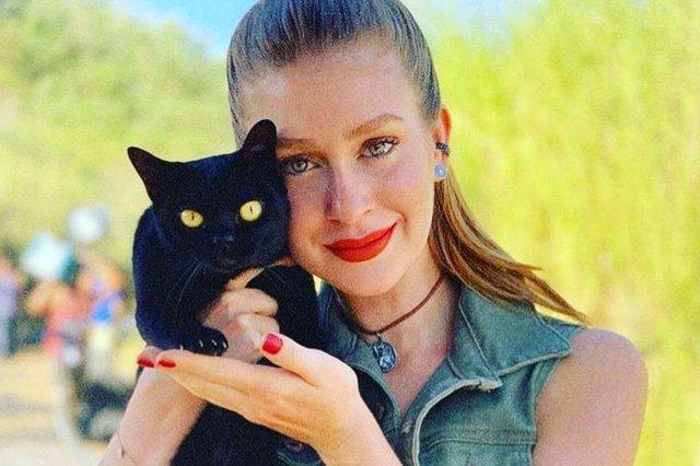 Marina Ruy Barbosa adota gato de O Sétimo Guardião