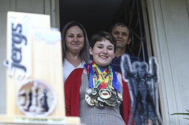 ALVORADA, RS, BRASIL, 06/10/2019: Sandy de Castro Lopes é bicampeã de xadrez no Jergs. Na foto, ela com os pais Janete de Castro Lopes e Lauri LopesIndexador: ISADORA NEUMANN