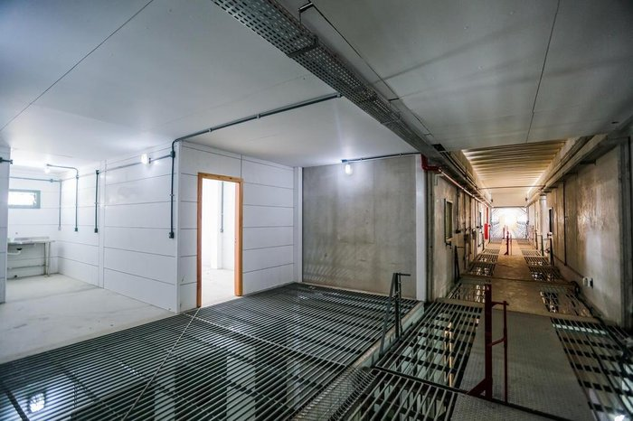 Sobre as celas, corredores por onde caminharão os agentes penitenciários