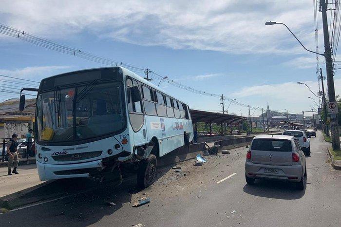 Veículo invadiu pista contrária após motorista perder o controle
