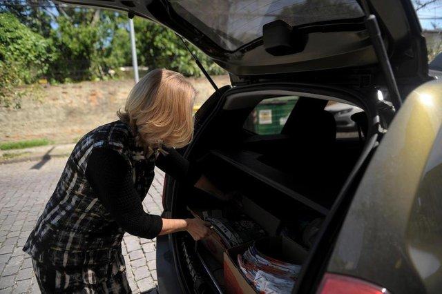 CAXIAS DO SUL, RS, BRASIL, 11/10/2019Caxias sem frestas: Simone tem 200 caixas de leite no porta-malas do carro.(Lucas Amorelli/Agência RBS)