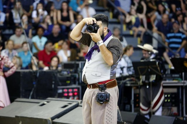 O trabalho dos fotógrafos de eventos tradicionalistas. Na imagem, Deivis Bueno, do Estampa da Tradição.