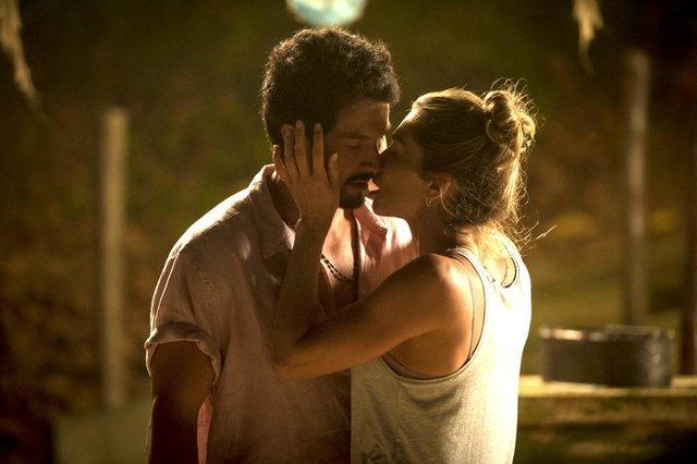 Marcos (Romulo Estrela) e Paloma (Grazi Massafera) se beijam em Búzios