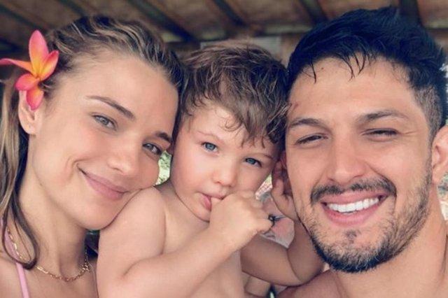 Romulo Estrela com o filho, Theo, e a esposa, Nilma Quariguasi.