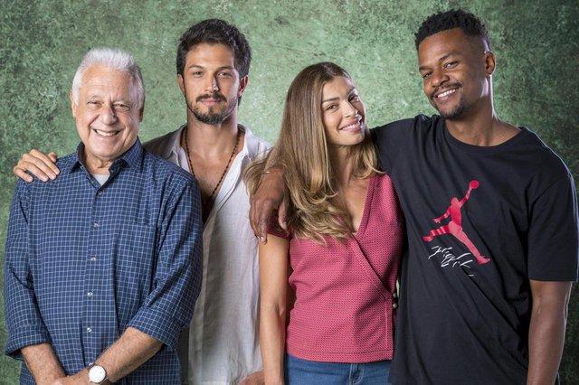 Alberto (Antonio Fagundes), Marcos (Romulo Estrela), Paloma (Grazi Massafera) e Ramon (David Junior) em Bom Sucesso.
