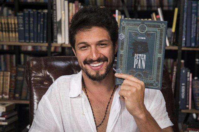 Marcos (Romulo Estrela) com o livro Peter Pan.