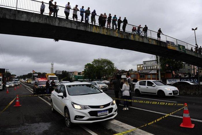 Crime atraiu curiosos, que se aglomeraram em passarela sobre a rodovia