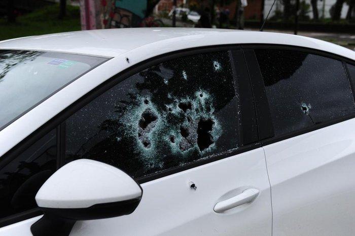 Disparos atravessaram os vidros dianteiros do veículo, um Chevrolet Cruze