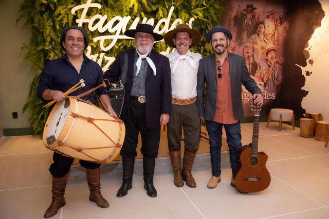 Família Fagundes é homenageada na Mostra EliteDesign. Espaço é um projeto de Cláudio e Sadi Gioda. Na foto, Ernesto, Bagre, Neto e Paulinho.