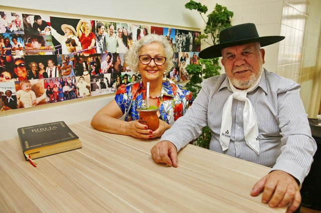 PORTO ALEGRE, RS, BRASIL 16/10/2019 - Bagre Fagundes que completou 80 anos, com a esposa. (FOTO: ROBINSON ESTRÁSULAS/AGÊNCIA RBS)