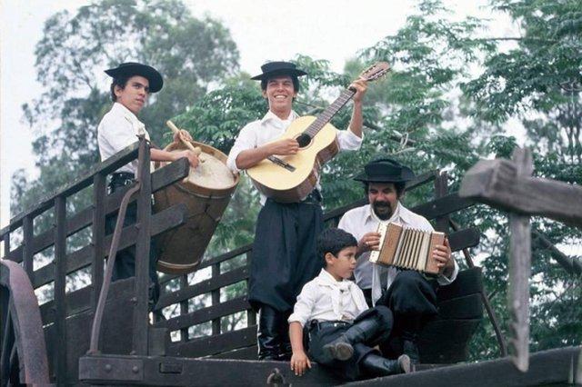 os fagundes, bagre (com a gaitinha), ernesto (com o bombo), neto (violão) e paulinho (sentado).