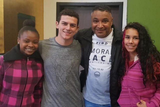 Alunos da Escola Municipal Dep. Victor Issler, do bairro Mario Quintana, em Porto Alegre, entregam redações produzidas a partir de depoimento do técnico sobre racismo.