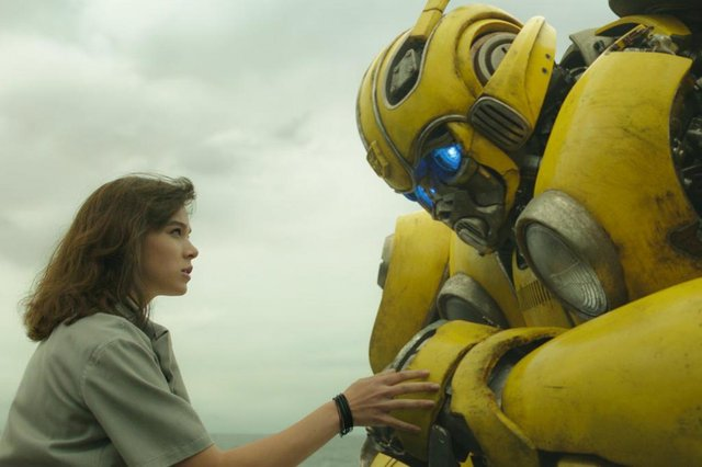 Hailee Steinfeld e o robô Bumblebee em Bumblebee, prequel do sucesso blockbuster Transformers.