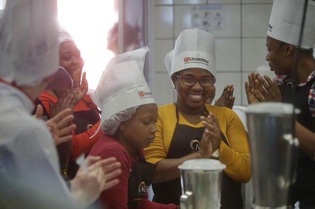 PORTO ALEGRE, RS, BRASIL - 2019.10.24 - Curso gratuito de culinária para imigrantes, que aproveitam a oportunidade para aprender e ter uma possibilidade de inserção no mercado de trabalho. Na foto: Sherline Pierre (Foto: ANDRÉ ÁVILA/ Agência RBS)