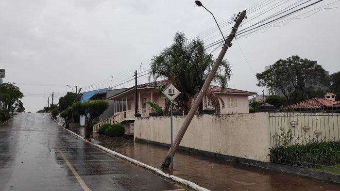 Na área central, postes também foram atingidos pelos ventos