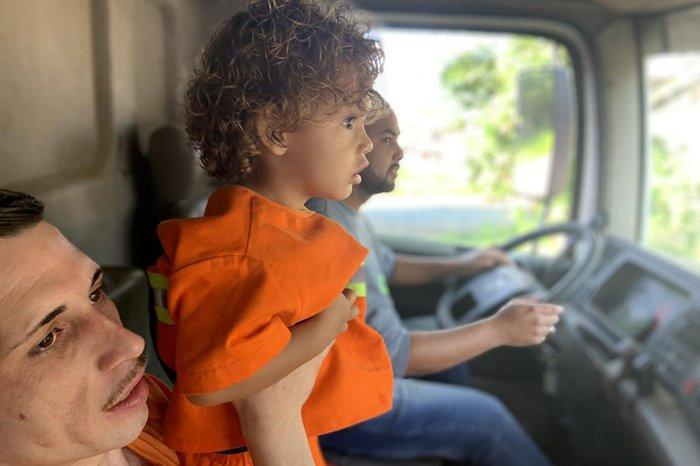 Roupa foi costurada pela mãe do motorista do caminhão a partir de um uniforme que já estava em desuso