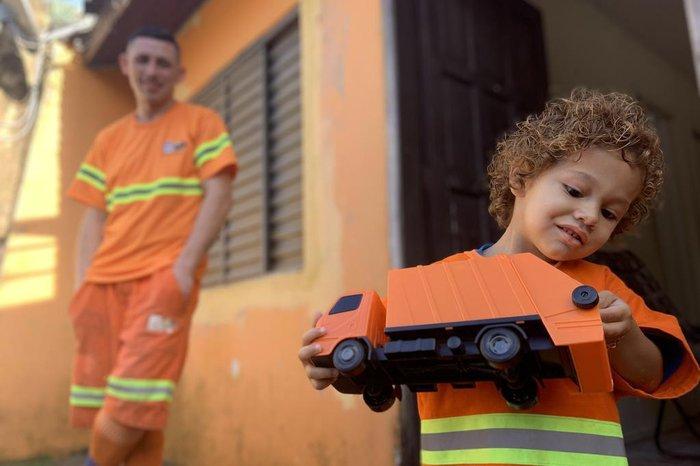 Além do uniforme, menino ganhou um caminhão de brinquedo de presente