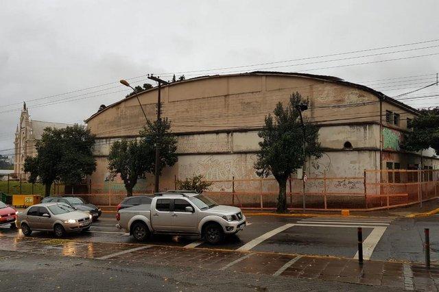Pavilhão com quadra de esportes e cancha de bocha da Paróquia de Santa Catarina será demolido.