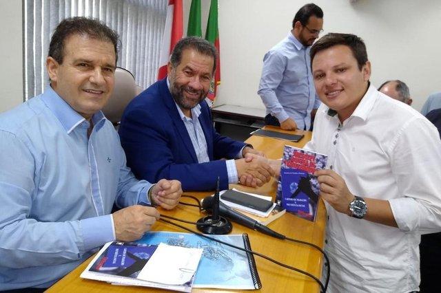 Presidente do PDT de Caxias, Maurício Flores, com o presidente estadual Pompeo de Mattos e o nacional, Carlos Lupi